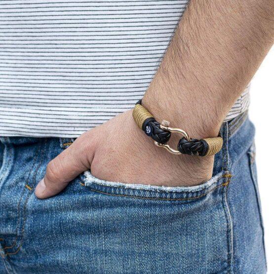 Мужской чёрный кожаный браслет с золотистым замком — № 10027