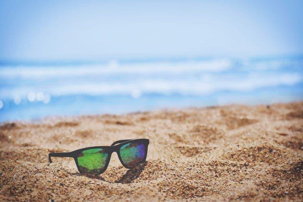 Солнечные очки на пляже