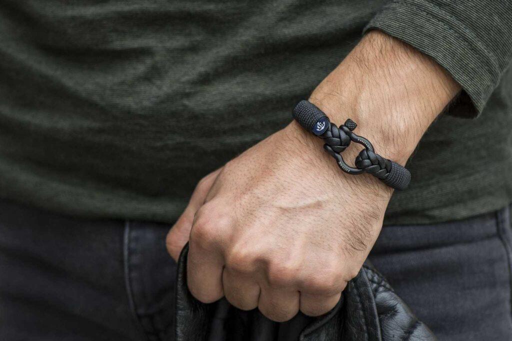 Мужской кожаный браслет черного цвета