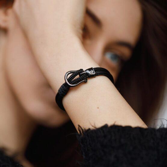 Браслет чёрного цвета с чёрным крючком — № 2105