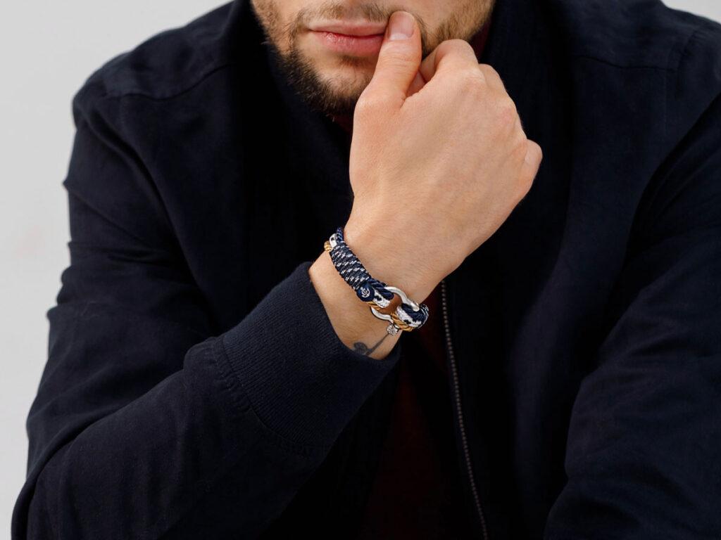 Как правильно носить браслеты, чтобы образ смотрелся стильно?